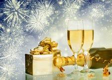 Celebración de Año Nuevo con champán y fuegos artificiales Fotografía de archivo libre de regalías
