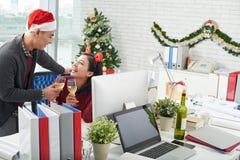 Celebración de Año Nuevo en la oficina Imágenes de archivo libres de regalías