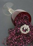 Celebración de colada de la Navidad del cubilete del vino rojo Imágenes de archivo libres de regalías
