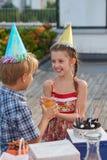 Celebración de cumpleaños con los amigos imágenes de archivo libres de regalías