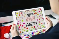 Celebración de días festivos de la oficina del texto en una tableta Imágenes de archivo libres de regalías