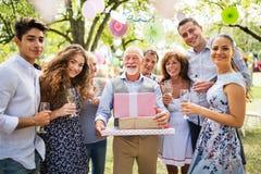 Celebración de familia o una fiesta de jardín afuera en el patio trasero Foto de archivo