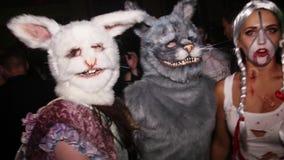 Celebración de Halloween en club nocturno en traje almacen de metraje de vídeo