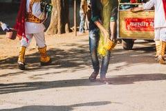 Celebración de Holi en ascendente cercano de Nepal o de la India fotos de archivo libres de regalías