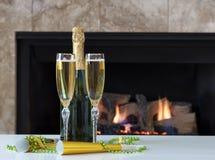 Celebración de la Feliz Año Nuevo con Champán de oro para dos y glo Foto de archivo