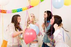 Celebración de la fiesta de cumpleaños - mujer con confeti Fotografía de archivo