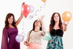 Celebración de la fiesta de cumpleaños - mujer tres con los impulsos que se divierten Fotos de archivo libres de regalías