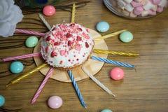Celebración de la magdalena dulce, velas en la tabla de madera, fiesta de cumpleaños de los caramelos Fotos de archivo