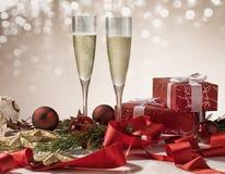 Celebración de la Navidad, Champán en el ajuste de la Navidad Imagenes de archivo