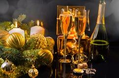 Celebración de la Navidad con champán Foto de archivo libre de regalías