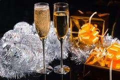 Celebración de la Navidad con champán Imagen de archivo libre de regalías