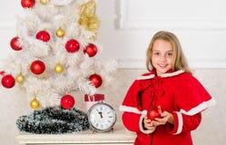 Celebración de la Navidad Consiga increíblemente emocionado sobre la Navidad Traje festivo de la muchacha del niño cerca del árbo fotografía de archivo