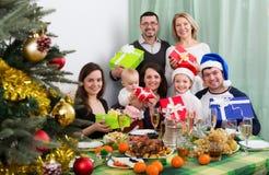 Celebración de la Navidad en familia grande Imagenes de archivo