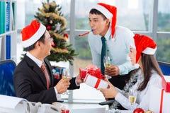 Celebración de la Navidad en la oficina Imagen de archivo libre de regalías