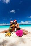 Celebración de la Navidad en la playa tropical Imagen de archivo