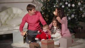 Celebración de la Navidad de la familia Parents bengalas que agitan metrajes