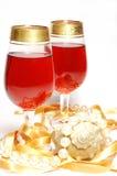 Celebración de la Navidad - vidrios con el vino Fotos de archivo libres de regalías