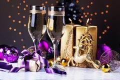 Celebración de la Navidad y del Año Nuevo con champán Foto de archivo libre de regalías