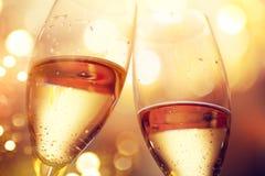 Celebración de la Navidad y del Año Nuevo con champán Dos vidrios del champán Foto de archivo
