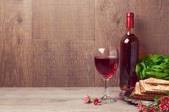 Celebración de la pascua judía con el vino y el matzoh sobre fondo de madera Imagen de archivo libre de regalías