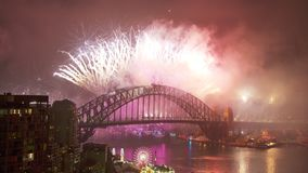 Celebración de la víspera del ` s del Año Nuevo sobre el puente del puerto metrajes