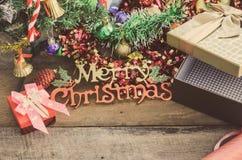 Celebración de las cajas de regalo de la Navidad que viene en el piso de madera Fotos de archivo