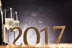 Celebración de los 2017 Años Nuevos con champán Imagen de archivo libre de regalías