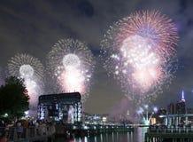 Celebración de los fuegos artificiales de Macy en New York City Imagen de archivo libre de regalías