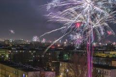 Celebración de los fuegos artificiales del ` s del Año Nuevo en la ciudad Imagen de archivo