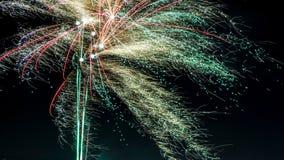 Celebración de los fuegos artificiales del ` s del Año Nuevo en la ciudad foto de archivo libre de regalías
