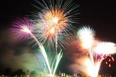 Celebración de los fuegos artificiales de la cuenta descendiente de la Feliz Año Nuevo Imagen de archivo