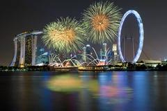 Celebración de los fuegos artificiales sobre bahía del puerto deportivo en Singapur Día de año nuevo Fotografía de archivo