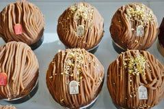 Celebración de los pasteles de Mont Blanc de la castaña en la tienda del té de Angelina en París foto de archivo libre de regalías
