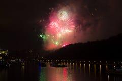 Celebración de oro y púrpura brillante asombrosa del fuego artificial del Año Nuevo 2015 en Praga con la ciudad histórica en el f Fotos de archivo libres de regalías