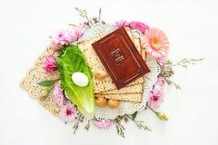 Celebración de Pesah y x28; Passover& judío x29; Libro tradicional con el texto en hebreo: Haggadah de la pascua judía y x28; Pas imagenes de archivo