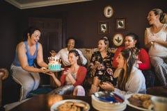 Celebración de su cumpleaños con los amigos fotos de archivo libres de regalías