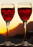 Celebración de un Sundowner romántico con el vino rosado enfriado foto de archivo libre de regalías
