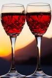Celebración de un Sundowner romántico con el vino rosado enfriado foto de archivo