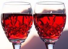 Celebración de un Sundowner romántico con el vino rosado enfriado imagenes de archivo