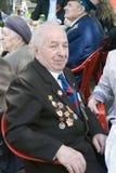 Celebración de Victory Day en Moscú Él mira la cámara y sonríe Foto de archivo