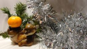 Celebración del árbol de navidad, oso alegre con la mandarina imagenes de archivo
