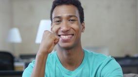 Celebración del éxito del hombre joven negro afortunado en la oficina, retrato metrajes