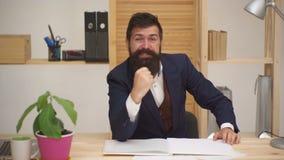 Celebración del éxito del hombre joven en la oficina Concepto del ?xito y del logro Hombre barbudo caucásico feliz que se sienta  metrajes