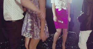 Celebración del Año Nuevo, amigos que bailan en el club almacen de video