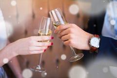 Celebración del Año Nuevo - cercana para arriba de los vidrios del champán en varón y Fotos de archivo libres de regalías