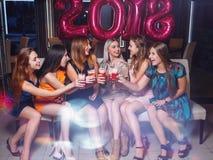 Celebración 2018 del Año Nuevo Compañía feliz de las muchachas Fotografía de archivo libre de regalías