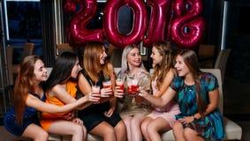 Celebración 2018 del Año Nuevo Compañía feliz de las muchachas Imágenes de archivo libres de regalías
