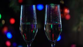 Celebración del Año Nuevo con dos vidrios del champán Cierre para arriba almacen de metraje de vídeo