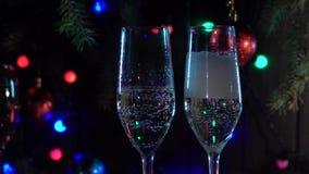 Celebración del Año Nuevo con dos vidrios del champán que tintinean Cámara lenta Cierre para arriba almacen de video