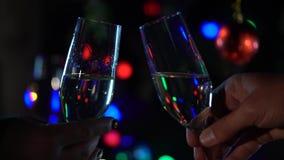 Celebración del Año Nuevo con dos vidrios del champán que tintinean Cierre para arriba almacen de metraje de vídeo